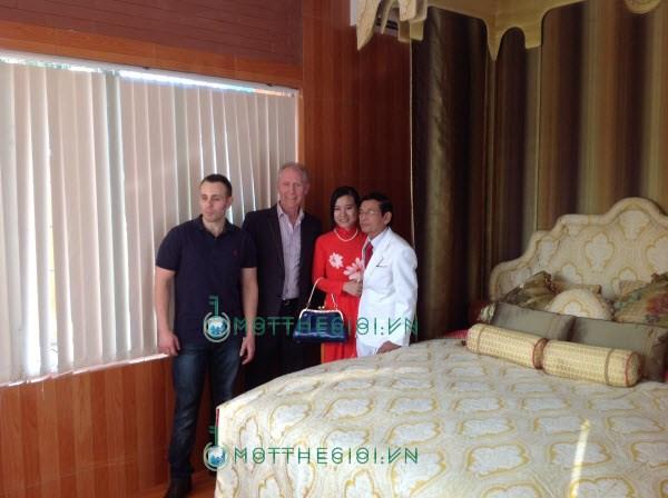 Đại gia Lê Ân vào phòng riêng thử siêu giường cùng vợ 7