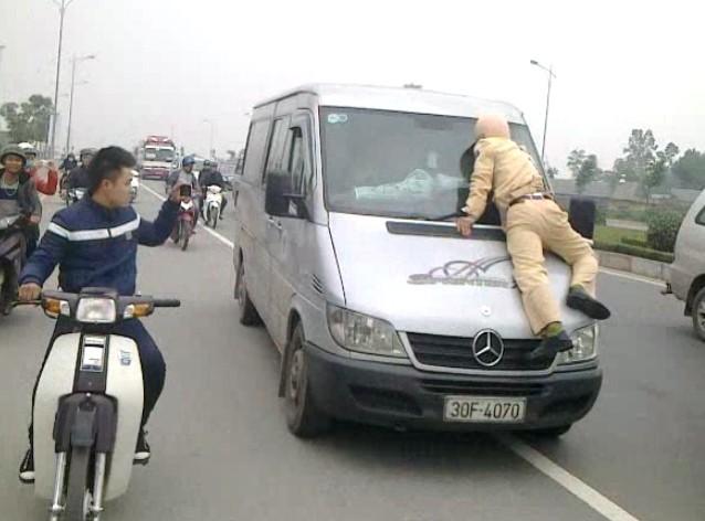 Thêm cảnh sát giao thông bị lái xe khách hất lên nắp capô 4