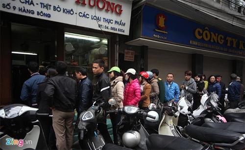 Người dân xếp hàng mua giò chả ở phố cổ Hà Nội 5