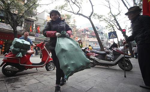 Người dân xếp hàng mua giò chả ở phố cổ Hà Nội 8
