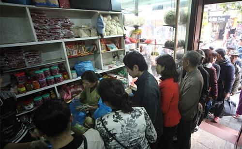 Người dân xếp hàng mua giò chả ở phố cổ Hà Nội 10