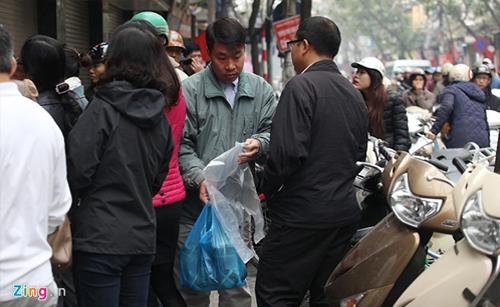 Người dân xếp hàng mua giò chả ở phố cổ Hà Nội 13