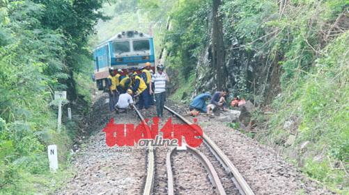 Xe tải lao xuống từ đường bộ, đường sắt Bắc Nam tê liệt 6