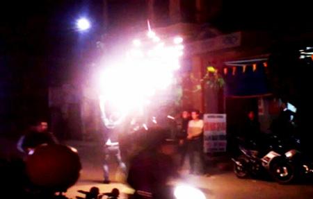 Ngang nhiên đốt pháo hoa giữa phố 5