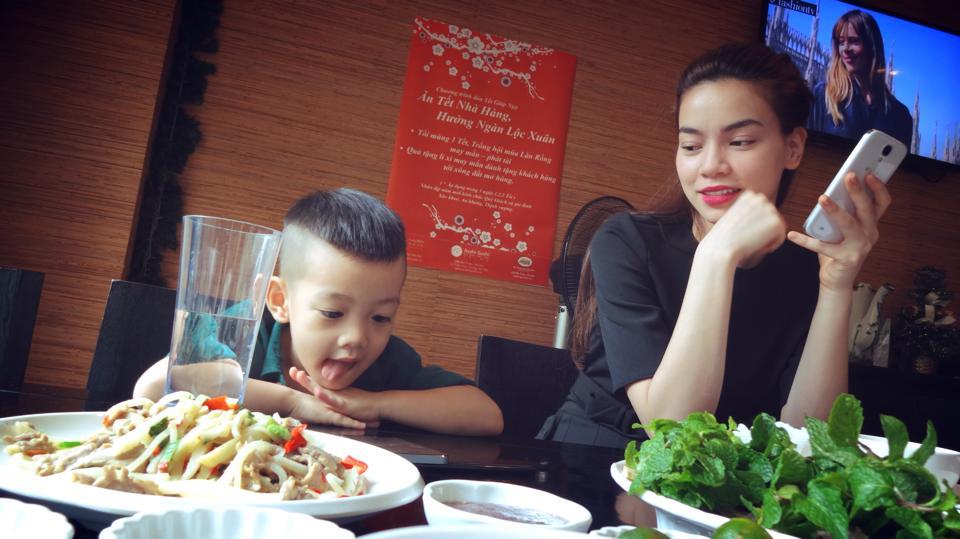 Những hình ảnh cực dễ thương của Hà Hồ, Cường đô la và Subeo tại HN 5