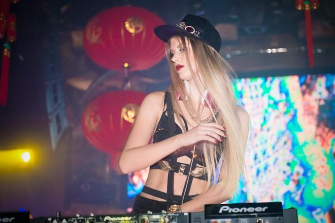 DJ quyến rũ nhất hành tinh khuấy động bar Hà Nội  7