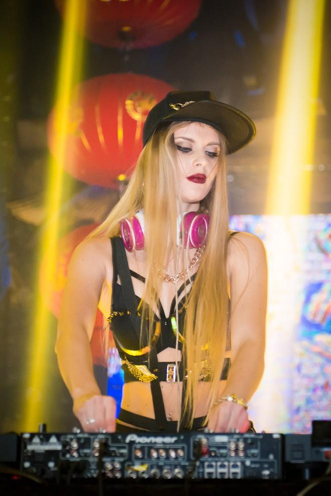 DJ quyến rũ nhất hành tinh khuấy động bar Hà Nội  8
