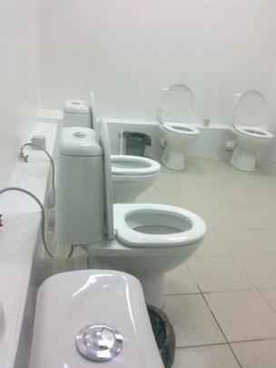 """Toilet đôi ở Olympic Sochi gây """"bão"""" trên mạng xã hội 7"""