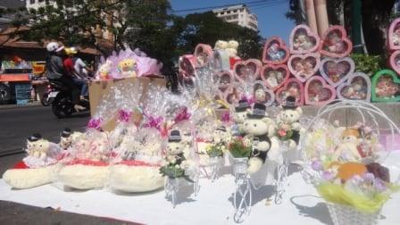 Sinh viên gom tiền mừng tuổi 'làm giàu' Valentine 7