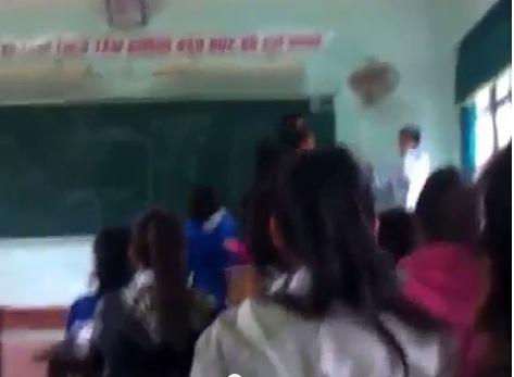 Bị giáo viên tát, học sinh đánh trả thầy ngay trên bục giảng 7