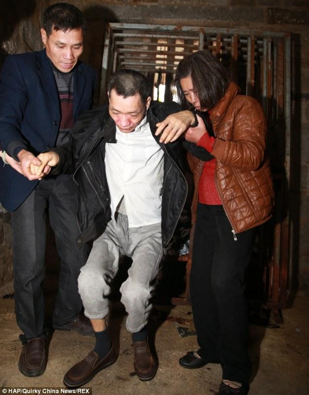 Giải cứu người đàn ông bị mẹ nhốt 8 năm trong cũi sắt 8