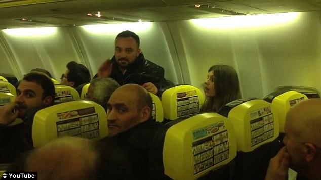 Bị bỏ đói 11 tiếng đồng hồ, hơn 100 hành khách làm loạn trên máy bay 6