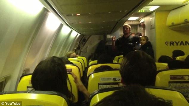 Bị bỏ đói 11 tiếng đồng hồ, hơn 100 hành khách làm loạn trên máy bay 7