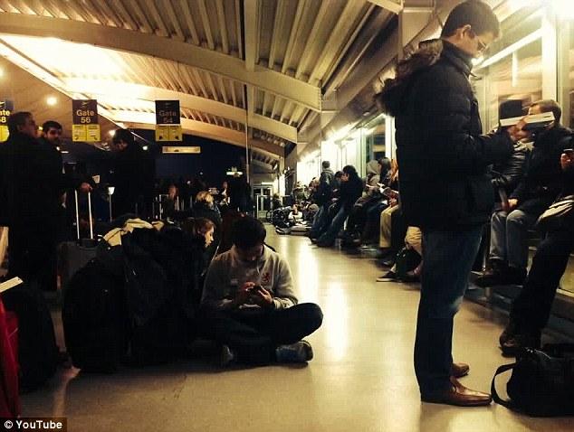 Bị bỏ đói 11 tiếng đồng hồ, hơn 100 hành khách làm loạn trên máy bay 8