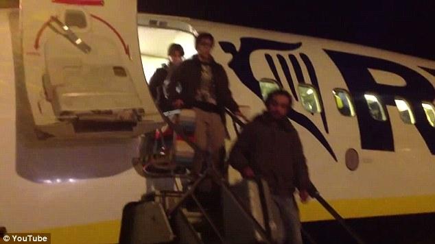 Bị bỏ đói 11 tiếng đồng hồ, hơn 100 hành khách làm loạn trên máy bay 9