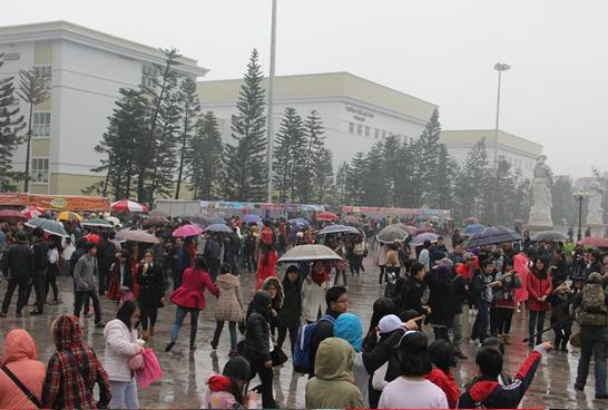 Clip: Hàng trăm người 'đội mưa' để chụp hình cùng dàn hot girl 6