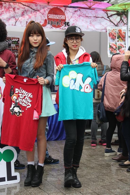 Clip: Hàng trăm người 'đội mưa' để chụp hình cùng dàn hot girl 9