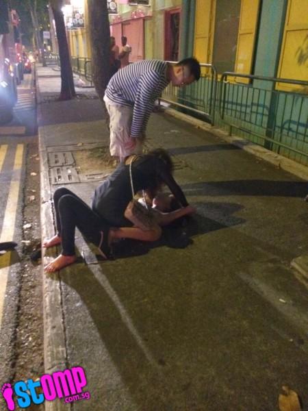 Singapore: Hai thiếu nữ đánh nhau túi bụi ngay trước đầu xe cảnh sát 4