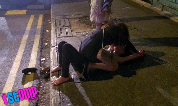 Singapore: Hai thiếu nữ đánh nhau túi bụi ngay trước đầu xe cảnh sát 8