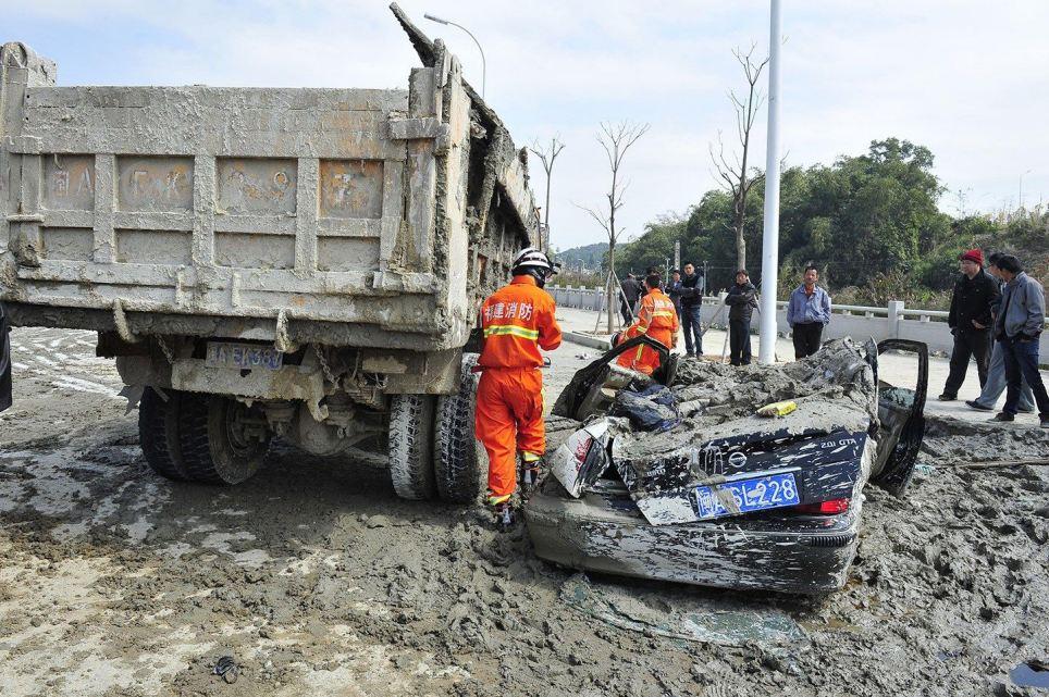 Cô gái sống sót kỳ diệu khi bị xe tải 10 tấn chở xi măng ướt chôn vùi 7