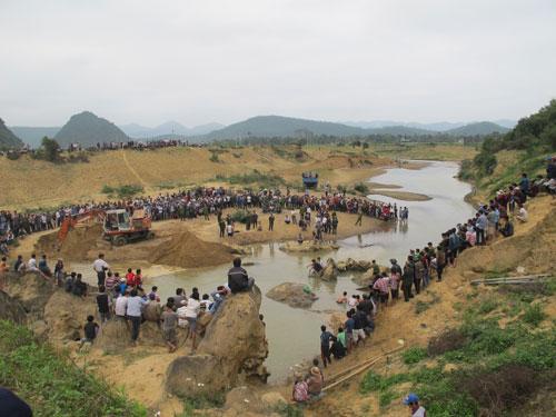 Cận cảnh trục vớt 'kho báu' gỗ sưa trị giá 10 tỉ ở Quảng Bình 7
