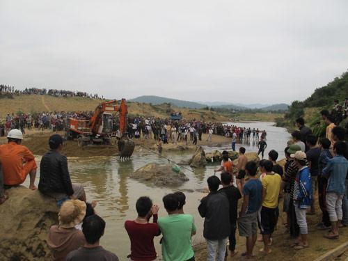 Cận cảnh trục vớt 'kho báu' gỗ sưa trị giá 10 tỉ ở Quảng Bình 8