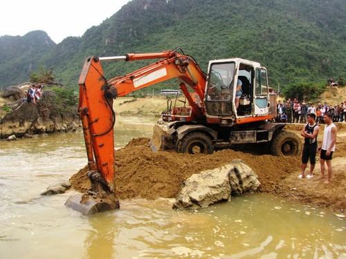 Cận cảnh trục vớt 'kho báu' gỗ sưa trị giá 10 tỉ ở Quảng Bình 10