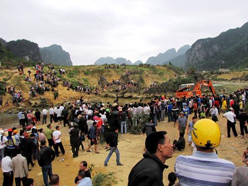 Cận cảnh trục vớt 'kho báu' gỗ sưa trị giá 10 tỉ ở Quảng Bình 13