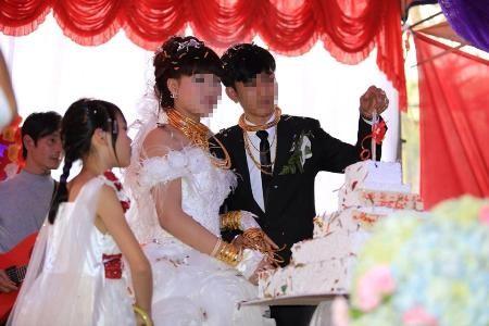 Đám cưới giàu có cô dâu chú rể đeo vàng đầy người