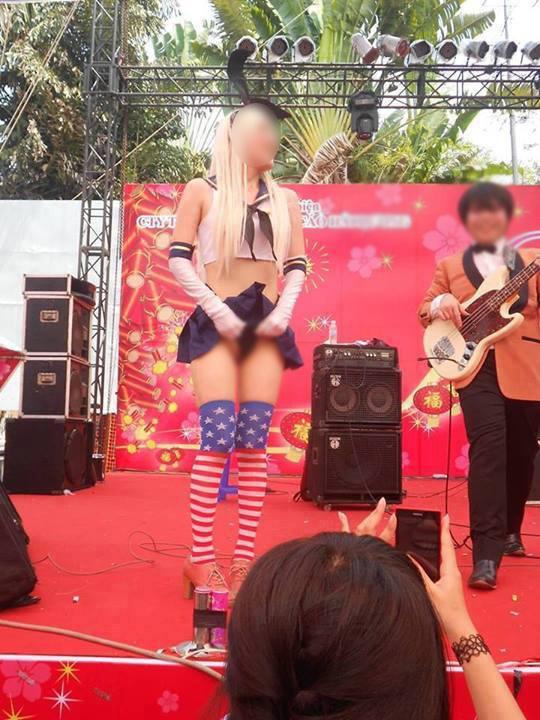 Cô gái cố tình lộ vòng 3, tốc váy cho mọi người chụp ảnh 5