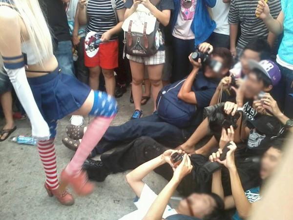 TP HCM: Sốc với cô gái ngang nhiên tốc váy để mọi người chụp ảnh từ dưới lên 9