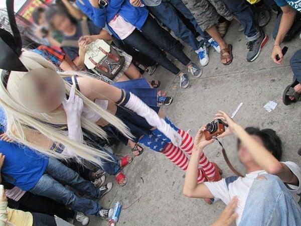 TP HCM: Sốc với cô gái ngang nhiên tốc váy để mọi người chụp ảnh từ dưới lên 10