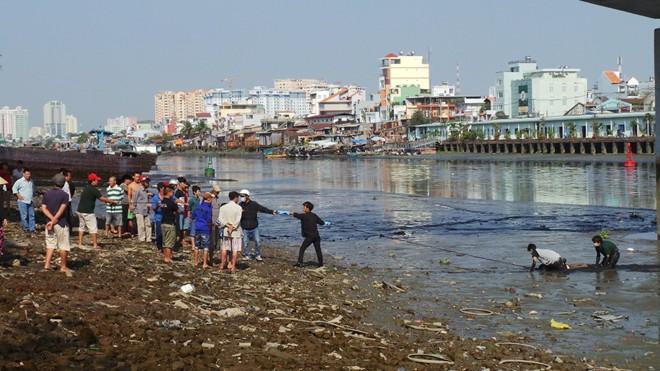 Hàng trăm người dân chen lấn xem xác chết dưới vũng bùn 4