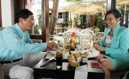 Đại gia Lê Ân tình tứ đưa vợ trẻ đi ăn tối ở nhà hàng sang 9