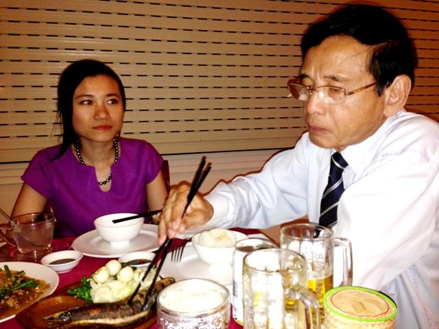 Đại gia Lê Ân tình tứ đưa vợ trẻ đi ăn tối ở nhà hàng sang 6