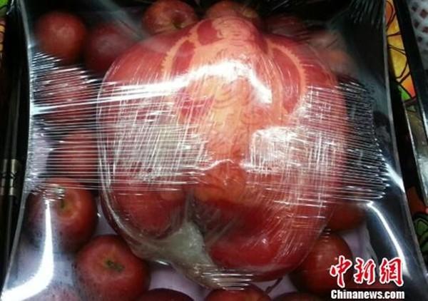 Hình ảnh Cận cảnh quả táo khổng lồ nặng 1,2 kg giá hơn 20 triệu đồng số 1
