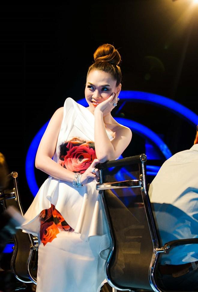 Mỹ Tâm xinh đẹp trên trường quay Vietnam Idol 8