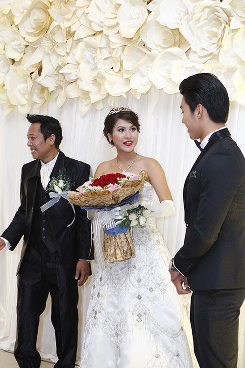 """Nam Thành """"chơi trội"""" tại đám cưới bạn gái cũ Hoàng Yến 9"""
