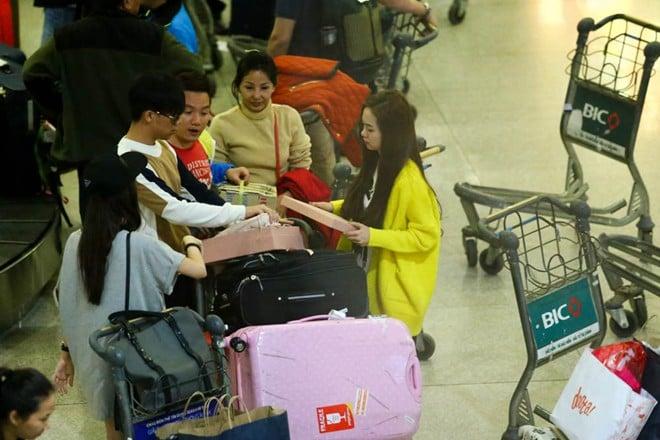 Trấn Thành chăm sóc bạn gái tận tình ở sân bay 7