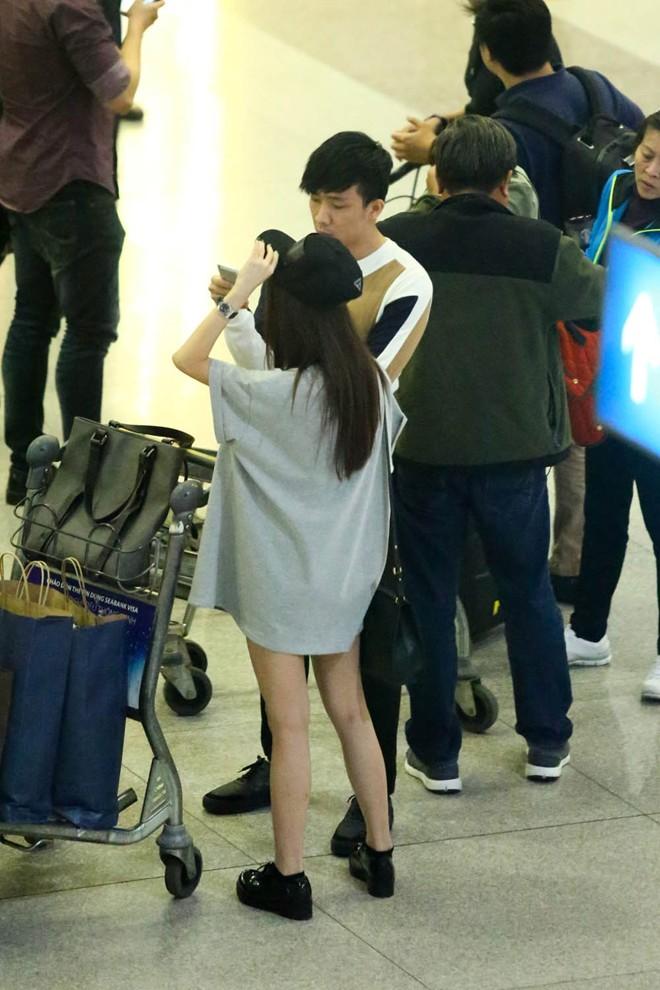 Trấn Thành chăm sóc bạn gái tận tình ở sân bay 9