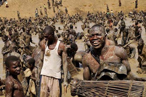 Cận cảnh hàng nghìn người tranh nhau bắt cá ở hồ thiêng 5