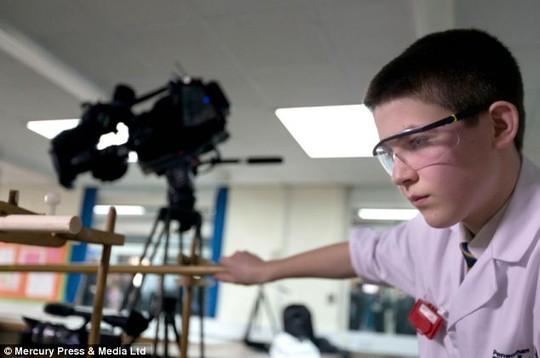 Nam sinh 13 tuổi chế tạo thành công lò phản ứng hạt nhân 4