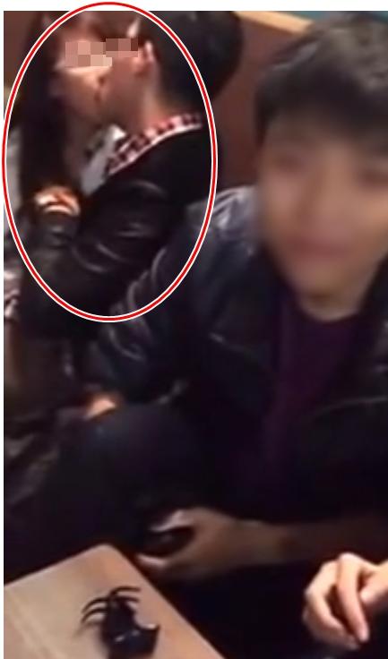 Sốc với clip nam thanh niên ôm hôn, sờ ngực bạn gái trong quán cafe đông người 5