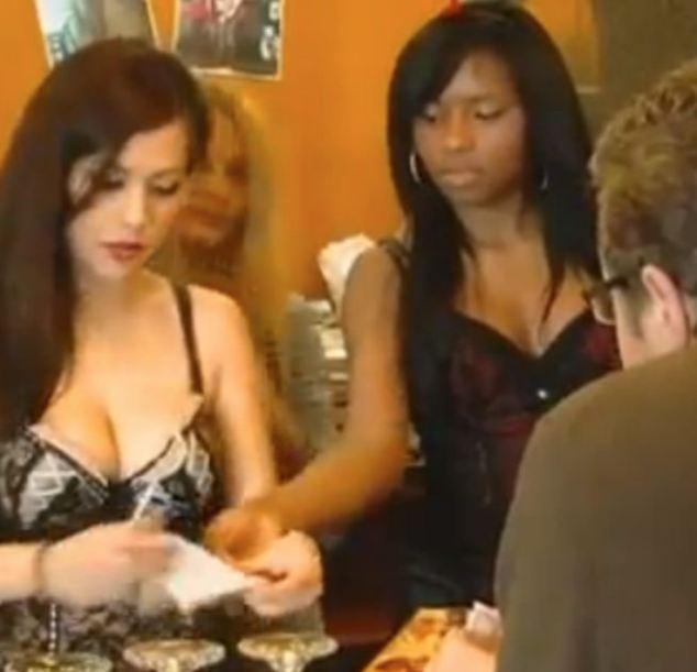 Quán ăn hút khách bằng nữ nhân viên mặc đồ lót sexy 5