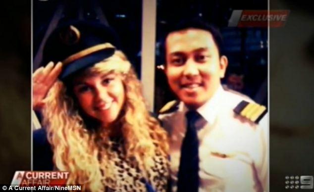 Máy bay mất tích: Phi công của máy bay MH370 từng cho phụ nữ vào buồng lái 8