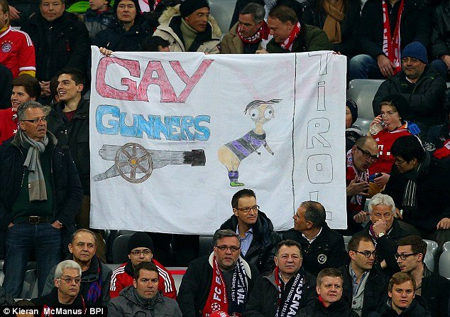 """Mesut Ozil bị nhạo báng là """"Gay Gunners"""" 5"""