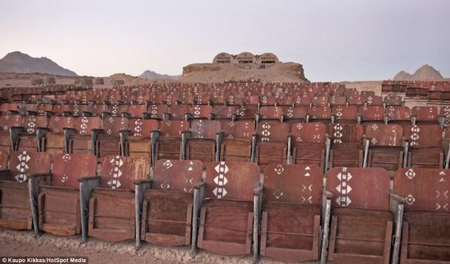 Rạp chiếu phim nằm giữa sa mạc đang chờ khởi chiếu 6