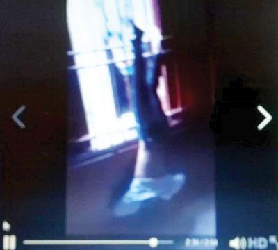 Clip: Trốn học chơi game, nam thanh niên bị xích chân treo ngược người rồi đánh tới tấp  4