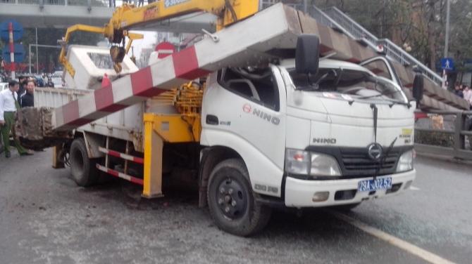 Vụ Xe tải biển xanh tông đổ thanh chắn cầu vượt: