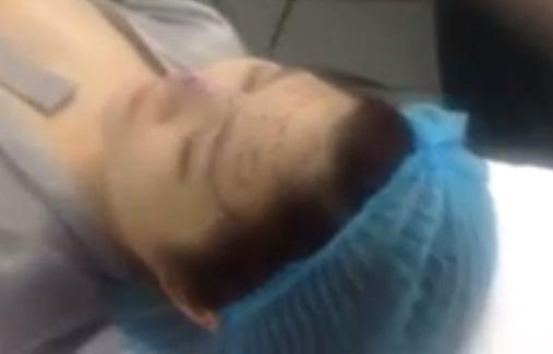 Clip Hương Tràm lộ trọn bên ngực trong phòng phẫu thuật thẩm mỹ 7